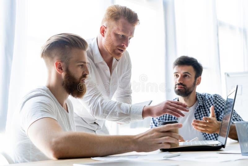 Διαδικασία Coworking, ομάδα σχεδιαστών που λειτουργεί το σύγχρονο γραφείο στοκ φωτογραφία