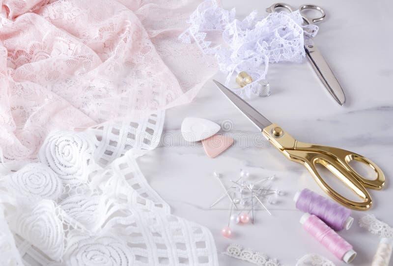 Διαδικασία elegent lingerie ραψίματος Διαδικασία ραψίματος, χρυσό και ασημένιο ψαλίδι, καρφίτσες, στροφία του νήματος και καρφίτσ στοκ φωτογραφίες