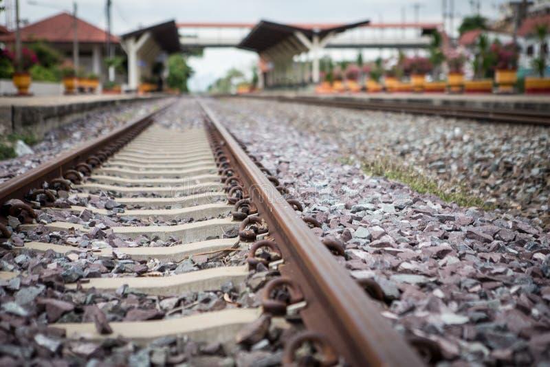 Διαδρομές και σταθμός τρένου σιδηροδρόμου στοκ φωτογραφία με δικαίωμα ελεύθερης χρήσης