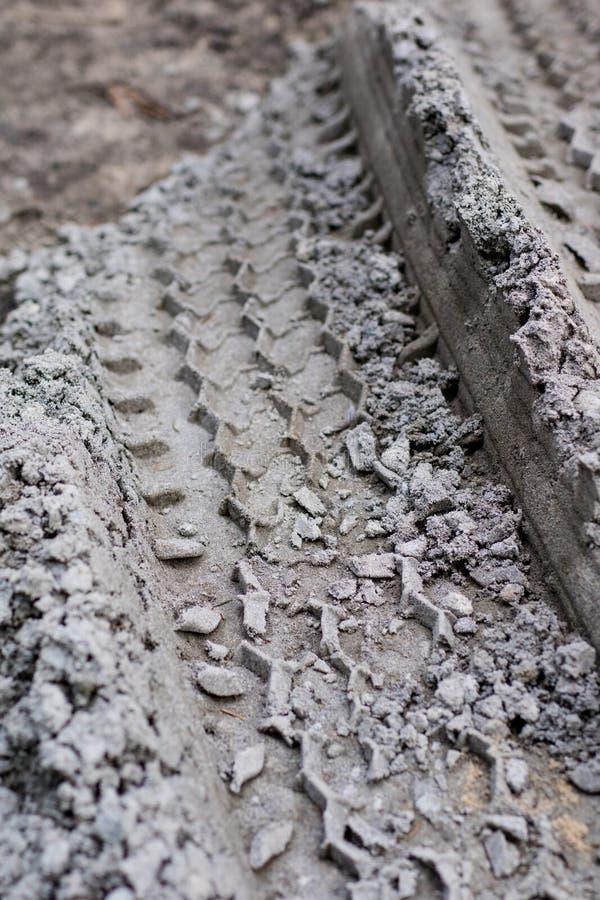 Διαδρομές ροδών από το αυτοκίνητο στην άμμο Εντυπωσιασμένο βήμα ροδών στοκ εικόνα με δικαίωμα ελεύθερης χρήσης
