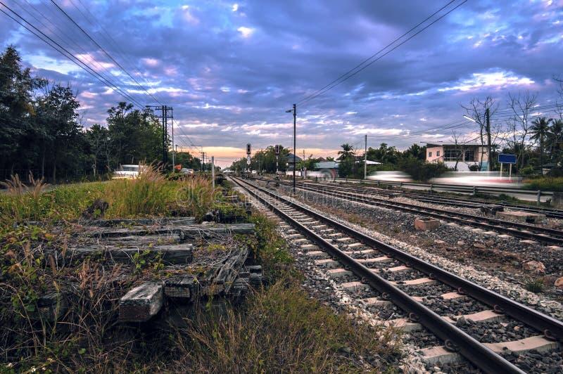 Διαδρομές σιδηροδρόμου στο σταθμό τρένου στο βράδυ στοκ φωτογραφία