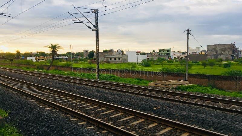 Διαδρομές σιδηροδρόμων στο σούρουπο στοκ φωτογραφίες