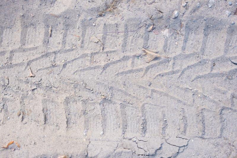 Διαδρομή ελαστικών αυτοκινήτου στην άμμο ρύπου ή τη λάσπη, αναδρομικός τόνος, grunge τόνος, κίνηση στην άμμο στοκ εικόνα