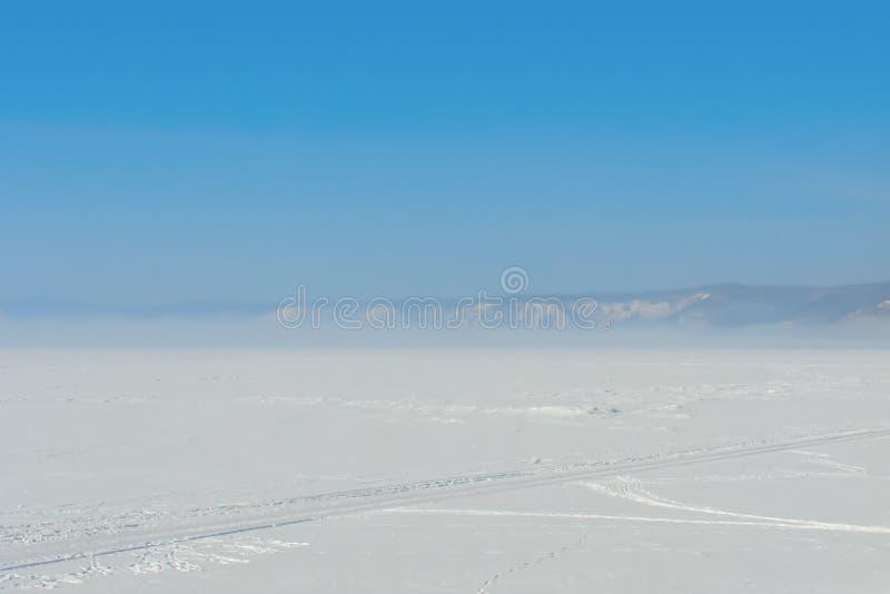 Διαδρομή ροδών σε έναν τομέα χιονιού στοκ εικόνες