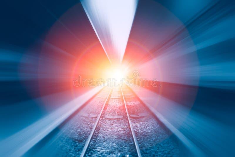 Διαδρομή σιδηροδρόμων με τη γρήγορη θαμπάδα κινήσεων υψηλής ταχύτητας κίνησης ζουμ στοκ εικόνα με δικαίωμα ελεύθερης χρήσης