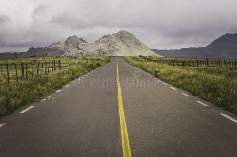 Διαδρομή στο βουνό με τα πράσινα διαστήματα γύρω στοκ φωτογραφίες