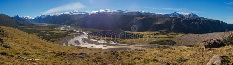Διαδρομή στο υποστήριγμα Fitz Roy Άποψη του ποταμού Las Vueltas, EL Chalt στοκ φωτογραφίες