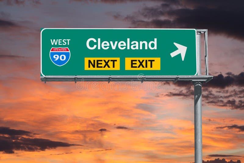 Διαδρομή 90 του Κλίβελαντ Οχάιο επόμενο σημάδι εξόδων αυτοκινητόδρομων με τον ουρανό ηλιοβασιλέματος στοκ εικόνα