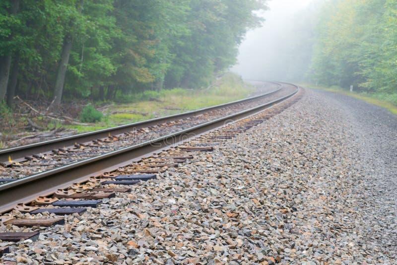 Διαδρομή τραίνων στην ομίχλη στοκ εικόνα με δικαίωμα ελεύθερης χρήσης