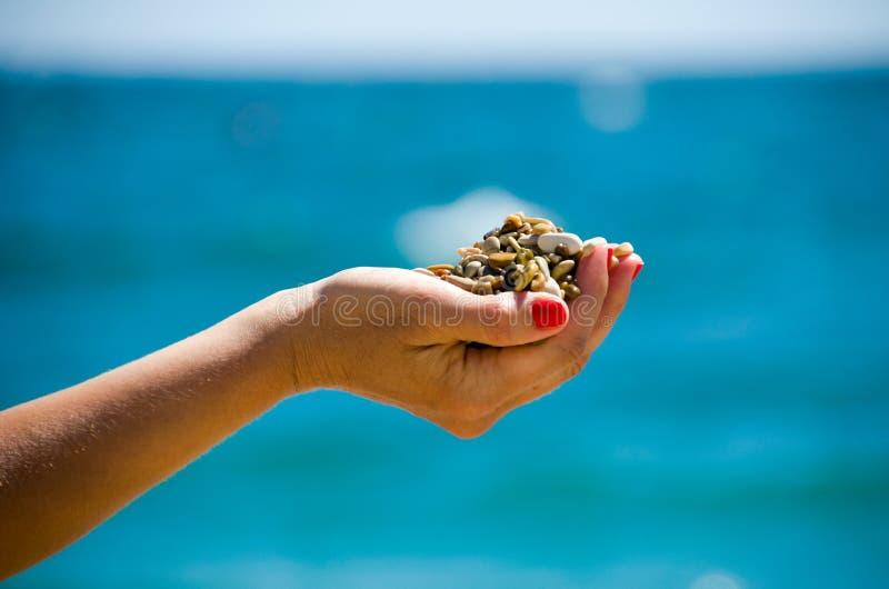 Διαθέσιμο χαλίκι χεριών πετρών στην παραλία στοκ φωτογραφία