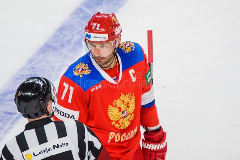 Διαιτητής και Ilya Kovalchuk χόκεϋ πάγου στοκ εικόνες