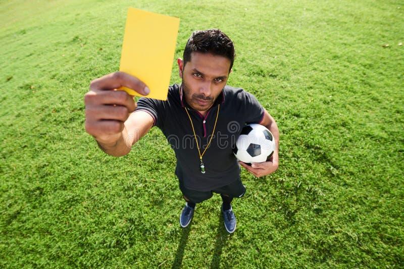 Διαιτητής ποδοσφαίρου που παρουσιάζει κάρτα ποινικής ρήτρας στοκ φωτογραφίες
