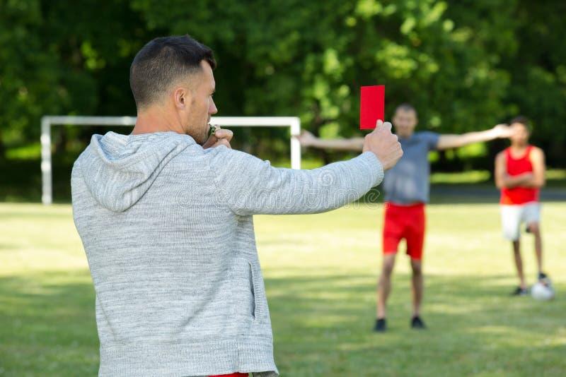 Διαιτητής που παρουσιάζει κόκκινη κάρτα στο στάδιο ποδοσφαίρου στοκ φωτογραφίες