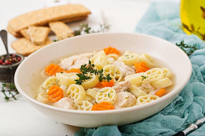 Διαιτητική σούπα με την Τουρκία ή λωρίδα κοτόπουλου με τα ζυμαρικά στοκ εικόνες