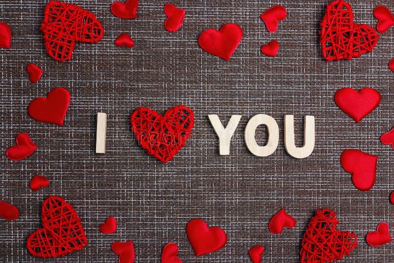 Διακήρυξη της αγάπης με τις διακοσμητικές καρδιές sackcloth στο υπόβαθρο Διάστημα για το κείμενο Έννοια ημέρας βαλεντίνων ` s στοκ εικόνες