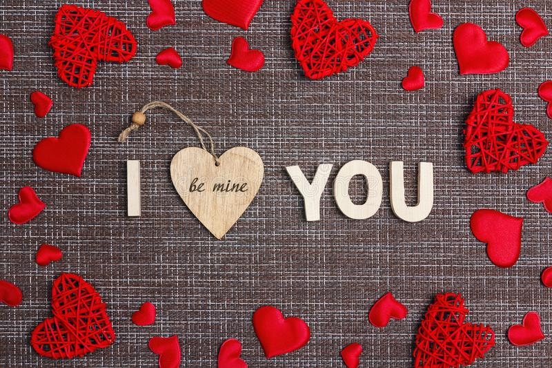 Διακήρυξη της αγάπης με τις διακοσμητικές καρδιές sackcloth στο υπόβαθρο Έννοια ημέρας βαλεντίνων ` s στοκ εικόνα με δικαίωμα ελεύθερης χρήσης