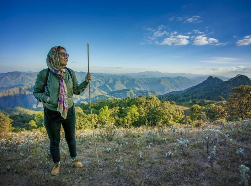 Διακινούμενη οδοιπορία γυναικών στο υψηλό βουνό για το λι διακοπών ανθρώπων στοκ φωτογραφία με δικαίωμα ελεύθερης χρήσης