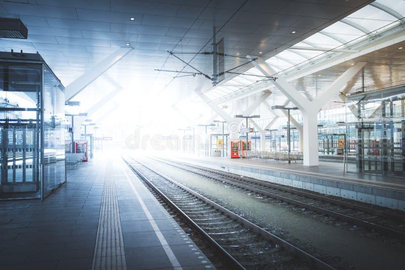 Διακινούμενη σκηνή σε έναν σταθμό τρένου, δημόσιες συγκοινωνίες: πλατφόρμα ή διαδρομή ραγών στοκ φωτογραφία