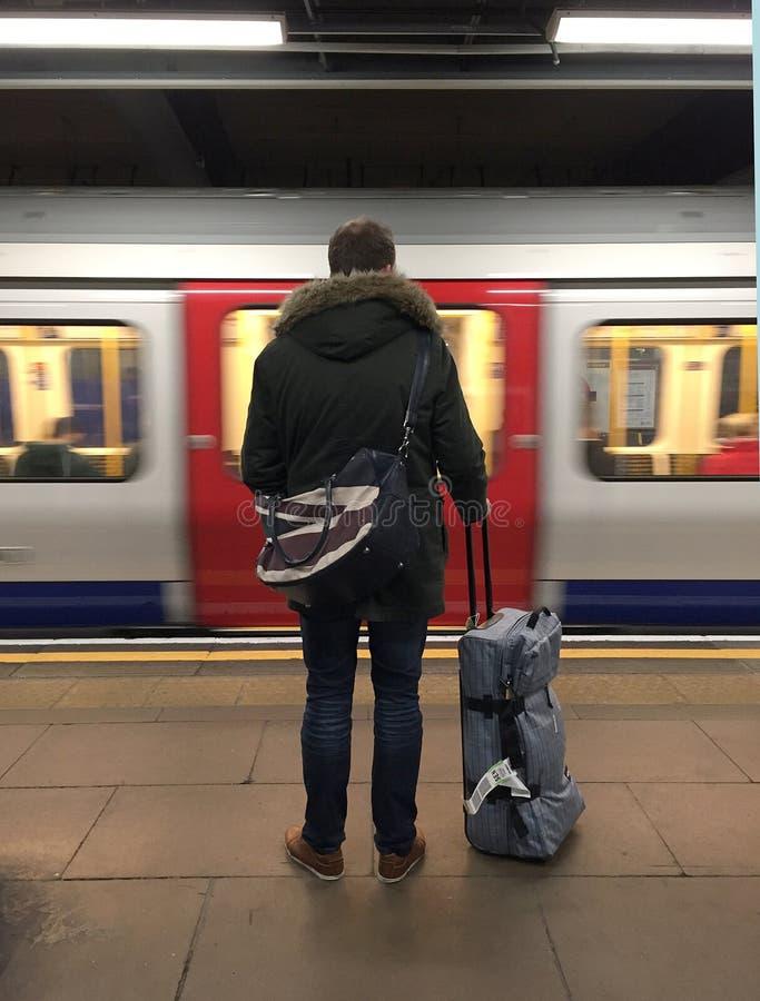 Διακινούμενος τουρίστας στον υπόγειο σωλήνα Λονδίνο στοκ εικόνα