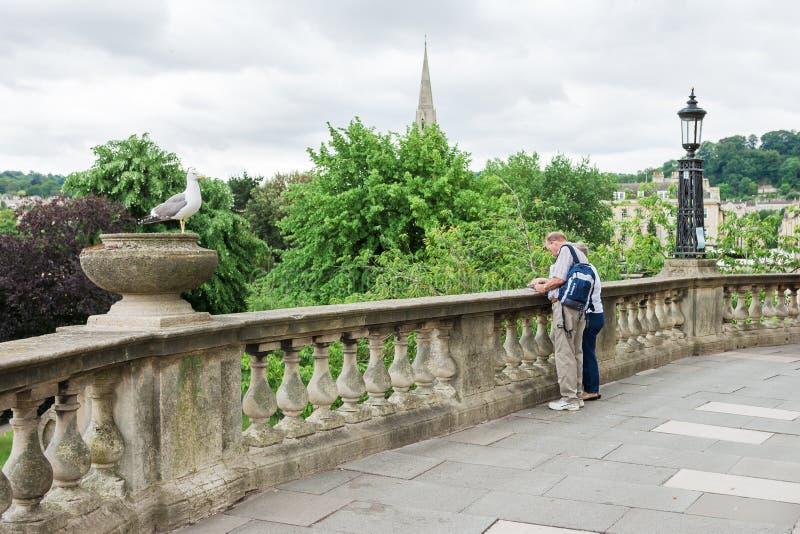 Διακινούμενο ανώτερο ζεύγος στο λουτρό Somerset, Αγγλία στοκ φωτογραφία με δικαίωμα ελεύθερης χρήσης