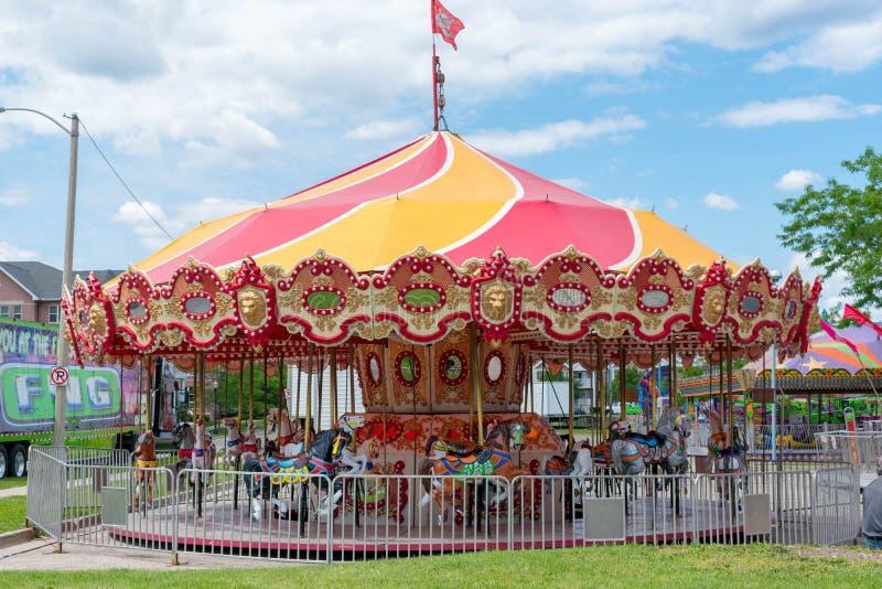 Διακινούμενο ιπποδρόμιο καρναβαλιού που φθάνει στην πόλη στοκ φωτογραφία