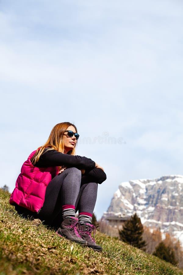 Διακοπές βουνών πεζοπορία Γυναίκα και φύση στοκ φωτογραφία με δικαίωμα ελεύθερης χρήσης