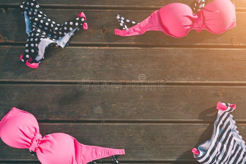 διακοπές Γυναίκες ` s beachwear και εξαρτήματα στο ξύλινο υπόβαθρο Έννοια ιματισμού παραλιών στοκ φωτογραφίες με δικαίωμα ελεύθερης χρήσης