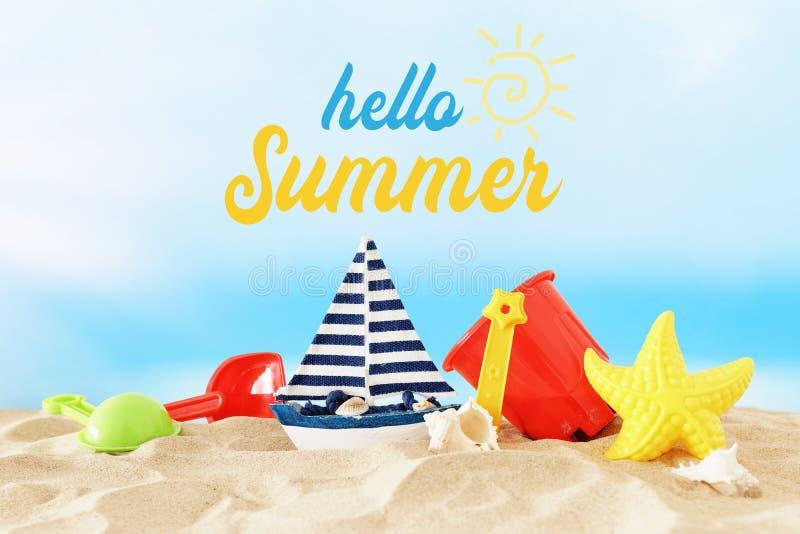 Διακοπές εικόνα διακοπών και καλοκαιριού με τα ζωηρόχρωμα παιχνίδια παραλιών για το παιδί πέρα από την άμμο στοκ φωτογραφία