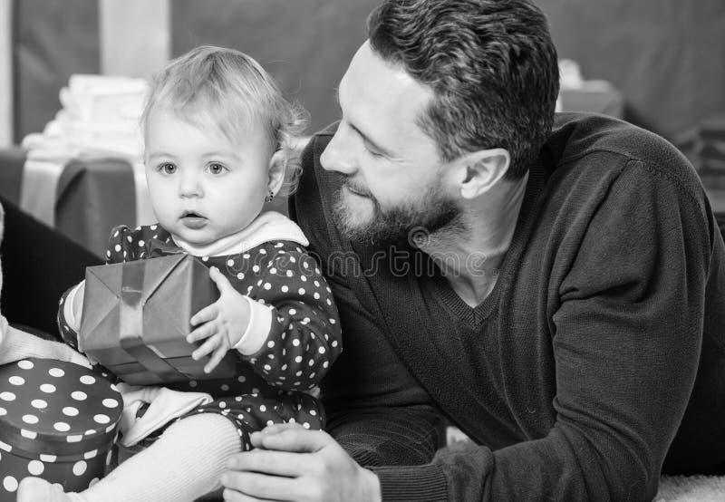 Διακοπές ημέρας πατέρων Να ψωνίσει on-line Επόμενη μέρα των Χριστουγέννων Αγάπη και εμπιστοσύνη στην οικογένεια Γενειοφόρο άτομο  στοκ φωτογραφίες