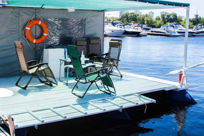 Διακοπές και αργός τρόπος ζωής σπίτι επιπλεόντων σωμάτων, καλό για τις διακοπές να δειπνήσει πίνακας και καρέκλες επάνω του εσωτε στοκ φωτογραφία με δικαίωμα ελεύθερης χρήσης