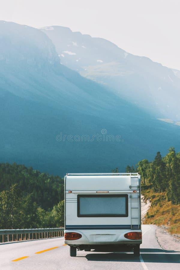 Διακοπές οδικού ταξιδιού τροχόσπιτων ρυμουλκών ταξιδιού rv στη Νορβηγία στοκ φωτογραφίες με δικαίωμα ελεύθερης χρήσης