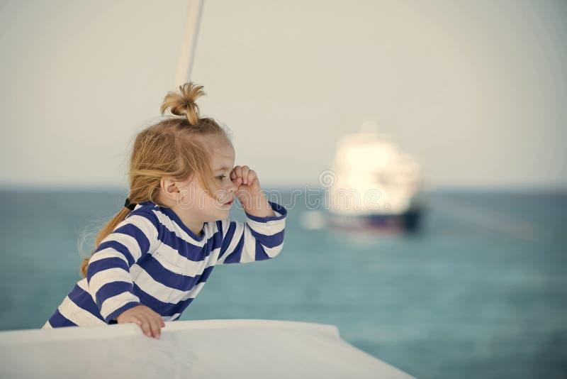 Διακοπές οικογενειακού καλοκαιριού μικρό παιδί που κοιτάζει στην μπλε θάλασσα στοκ εικόνες με δικαίωμα ελεύθερης χρήσης
