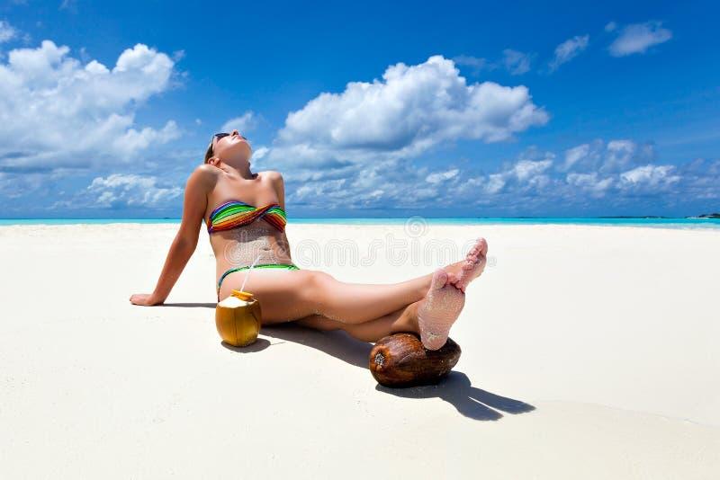 Διακοπές παραδείσου σε μια τροπική παραλία στοκ εικόνα με δικαίωμα ελεύθερης χρήσης