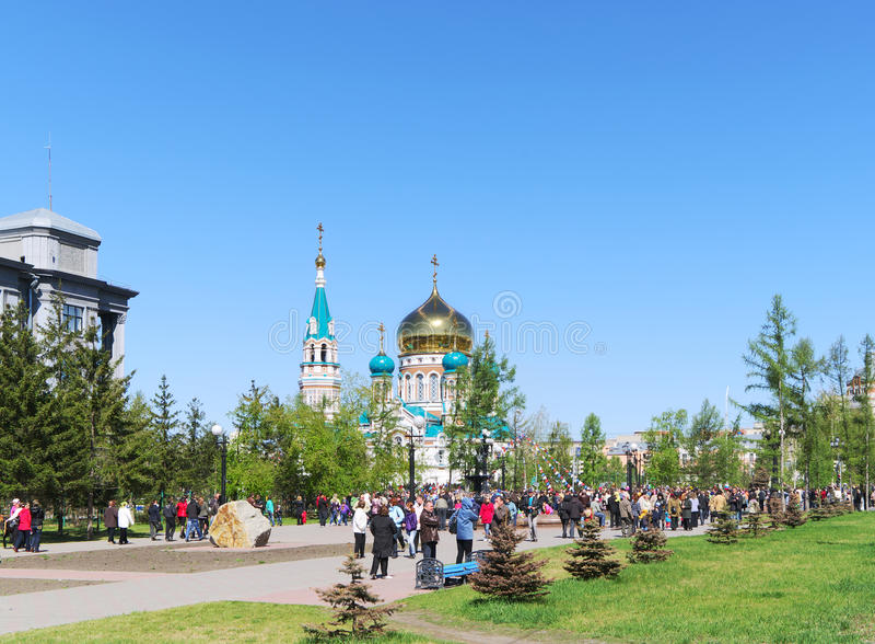 Διακοπές στην πόλη, πολλοί άνθρωποι υπαίθρια, ημέρα νίκης, Ομσκ, Ρωσία 09 05 2010 στοκ εικόνα