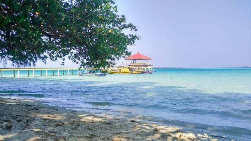 διακοπές στην τροπική παραλία, τη μικρές αποβάθρα και τη βάρκα στοκ φωτογραφία