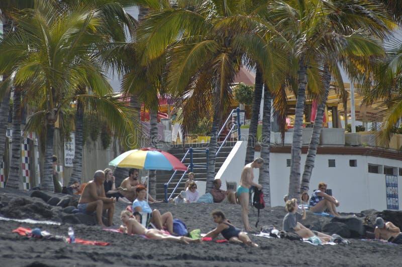 Διακοπές στην όμορφη μαύρη παραλία στοκ εικόνες με δικαίωμα ελεύθερης χρήσης