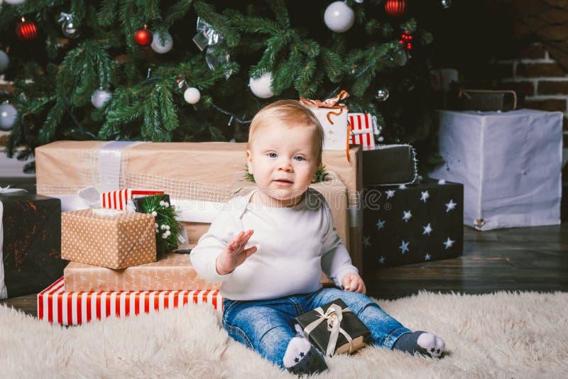 Διακοπές χειμώνα και Χριστουγέννων θέματος Παιδιών εγχώριο πάτωμα συνεδρίασης αγοριών καυκάσιο ξανθό 1χρονο κοντά στο χριστουγενν στοκ εικόνες με δικαίωμα ελεύθερης χρήσης