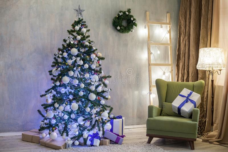 Διακοπές Χριστουγέννων με τα δώρα ντεκόρ χριστουγεννιάτικων δέντρων στοκ εικόνα