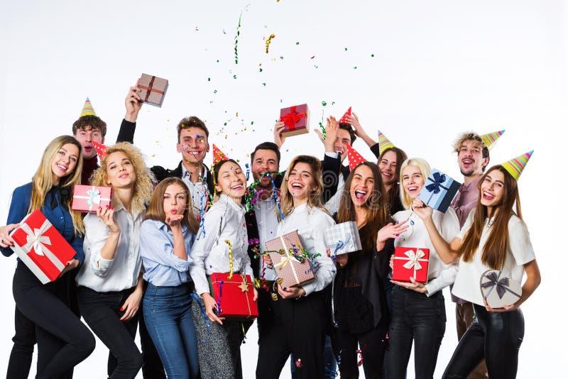 διακοπές Όμορφοι νέοι που έχουν τη διασκέδαση σε ένα άσπρο υπόβαθρο στοκ φωτογραφίες