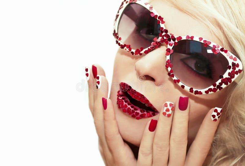 Διακοπές makeup και μανικιούρ με τις κόκκινες καρδιές στοκ φωτογραφίες