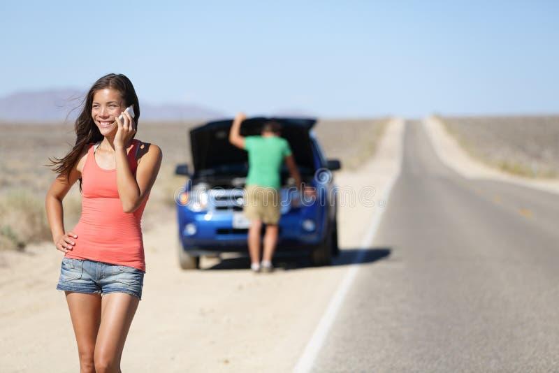 Διακοπή αυτοκινήτων - τηλέφωνο γυναικών που καλεί την αυτόματη υπηρεσία στοκ φωτογραφία