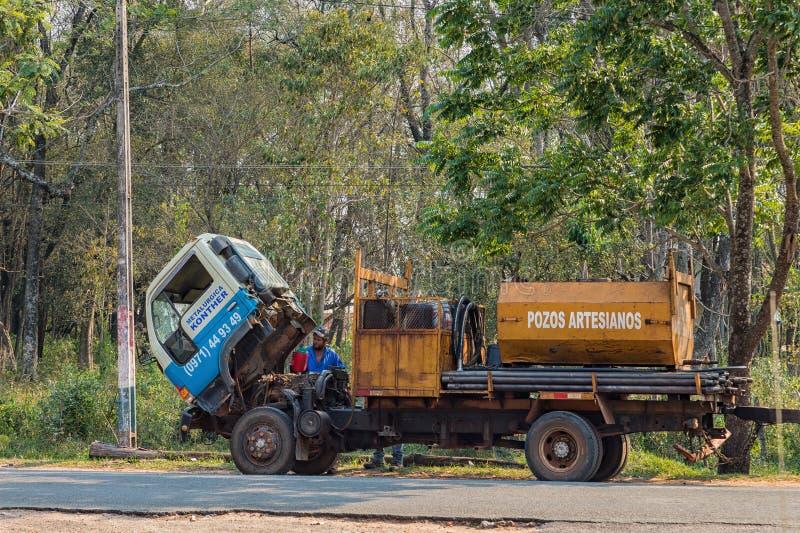 Διακοπή φορτηγών σε μια εθνική οδό στην Παραγουάη Ο οδηγός ξαναγεμίζει το δροσίζοντας νερό στοκ φωτογραφίες με δικαίωμα ελεύθερης χρήσης
