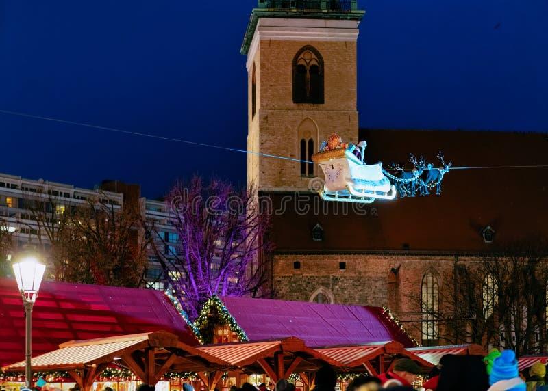 Διακοσμήσεις αγοράς Χριστουγέννων νύχτας στο Δημαρχείο στοκ εικόνα με δικαίωμα ελεύθερης χρήσης