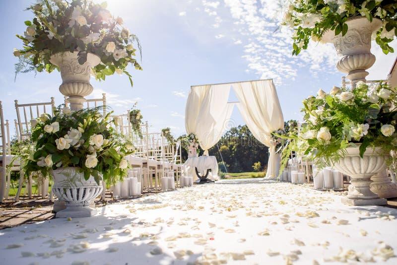 Διακοσμήσεις για τη γαμήλια τελετή Κινηματογράφηση σε πρώτο πλάνο λουλουδιών στοκ εικόνες