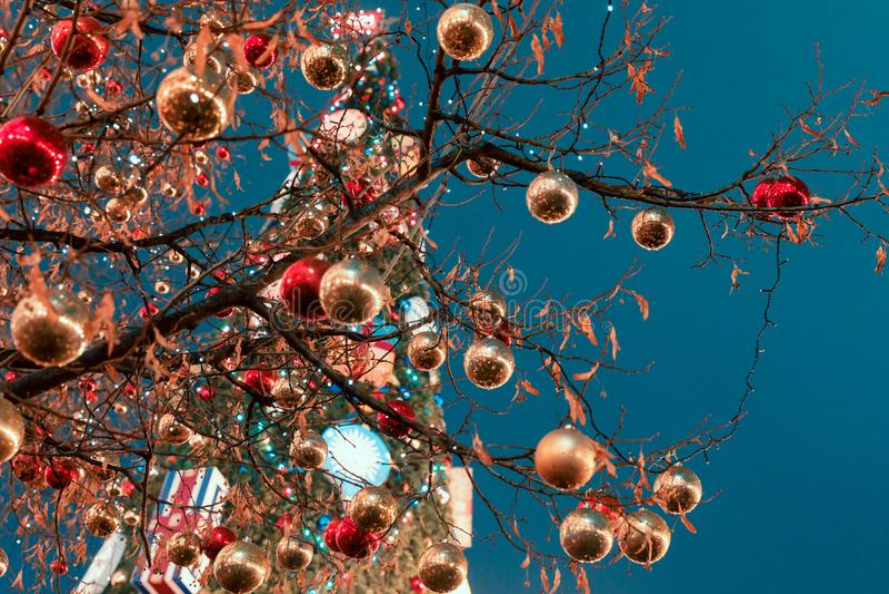Διακοσμήσεις για το νέες έτος και τις διακοπές Οι σφαίρες Χριστουγέννων στο δέντρο διακλαδίζονται πλησίον στον καθεδρικό ναό βασι στοκ φωτογραφία με δικαίωμα ελεύθερης χρήσης