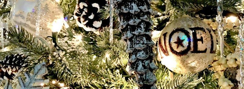 Διακοσμήσεις, διακοπές Χριστουγέννων, ασήμι και λευκό με NOEL στοκ φωτογραφίες με δικαίωμα ελεύθερης χρήσης
