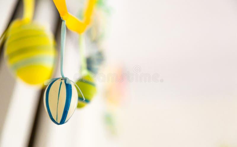 Διακοσμήσεις εγχώριου χειροποίητες ευτυχείς Πάσχας, διακόσμηση, κίτρινος, μπλε, στοκ εικόνα
