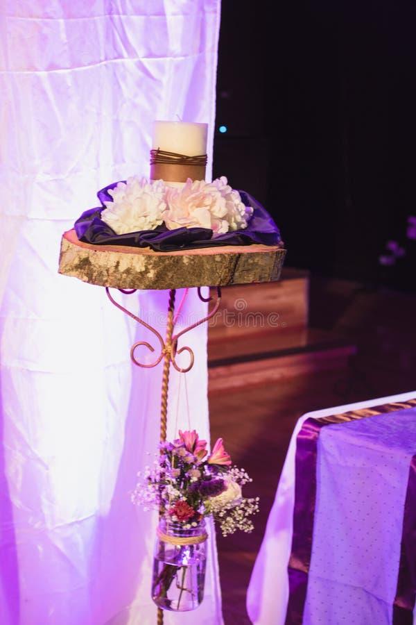 Διακοσμήσεις ημέρας γάμου με τα λουλούδια στοκ εικόνα
