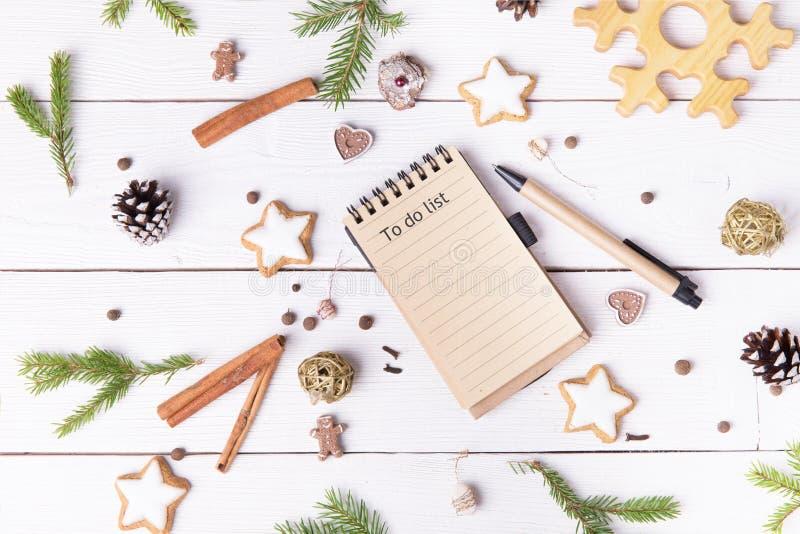 Διακοσμήσεις και σημειωματάριο διακοπών Χριστουγέννων με για να κάνει τον κατάλογο σχετικά με τον άσπρο εκλεκτής ποιότητας πίνακα στοκ εικόνα με δικαίωμα ελεύθερης χρήσης