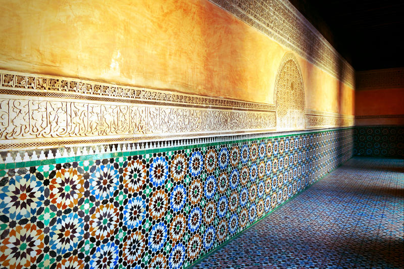 Διακοσμήσεις και σκιές του παλαιού κορανικού σχολείου στο Μαρακές στο ηλιοβασίλεμα στοκ εικόνα με δικαίωμα ελεύθερης χρήσης